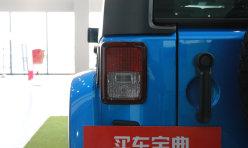 平行百科:一小车撞车又撞墙 疑将油门当做刹车